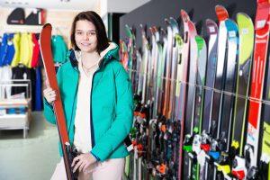 kobieta w sklepie z nartami